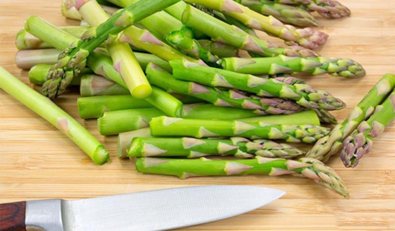 Măng tây là loại thực phẩm có giá trị dinh dưỡng cao và rất có lợi cho sức khỏe. Tuy nhiên, không phải ai cũng biết cách sơ chế măng tây để nó không bị mất chất. Vậy, hãy cùng tham khảo cách sơ chế măng tây trong bài viết dưới đây nhé! Có thể bạn chưa biết, măng tây chứa rất nhiều chất dinh dưỡng cần thiết cho cơ thể như sắt, kẽm, canxi, mangan, các axit béo, acid folic… và các loại vitamin như A, C, K. Đây là những dưỡng chất có lợi và quan trọng, giúp tăng cường khả năng miễn dịch, chống lại các bệnh do nhiễm trùng và do virus gây nên. Ngoài ra, măng tây còn được xem là một chất xúc tác và kích thích, giúp cơ thể hấp thu được các chất dinh dưỡng khác tốt hơn. Tuy nhiên, các vitamin và các dưỡng chất này thường tan trong nước hoặc bốc hơi khi đun ở nhiệt đô cao quá lâu. Chính vì vậy, khi làm các món ăn từ măng tây, bạn cần chú ý đến cách sơ chế để măng tây không bị mất đi các chất dinh dưỡng. 1Cách sơ chế măng tây Chọn những ngọn măng tây còn xanh, đầy đặn và không phai màu. Nên kiểm tra phần gốc măng tây, không chọn những cây bị khô héo hoặc nhăn nheo. Để sơ chế măng tây, đầu tiên, bạn rửa sạch măng và cắt bỏ phần gốc già. Dùng dao bào hoặc gọt 1/3 cọng măng tính từ gốc trở lên, phần đầu măng rất non nên bạn không cần gọt. Đối với phần gốc, bạn có thể mang đi nấu, cho thêm chút đường phèn vào nấu thành nước mát, nước này có tác dụng lợi tiểu và giải độc gan rất tốt. 2Một số cách chế biến măng tây Hấp măng tây Sơ chế măng rồi cắt thành khúc vừa ăn (5-7 cm). Rải đều măng tây vào rổ, xếp sao cho măng không quá dày và không quá thưa để đảm bảo măng được chín đều. Bắc nồi hấp lên, đợi nước sôi rồi cho măng vào, hấp khoảng 3-6 phút tùy vào lượng măng tây. Bạn không nên để nước ngập vào rổ măng vì nó sẽ làm nhừ măng. Luộc măng tây Sử dụng măng tây đã được sơ chế, rửa sạch và để ráo. Đun sôi nước, thêm ít muối, đường và dầu ăn. Cho măng tây vào, đun khoảng 2 - 3 phút. Một mẹo nhỏ để măng tây còn nguyên màu xanh và giòn là khi vớt măng chín ra, bỏ vào 1 tô nước lạnh từ 3-5