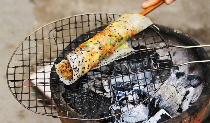 Bước 3 Nướng bánh tráng mắm ruốc Bánh tráng mắm ruốc nướng bằng bếp than