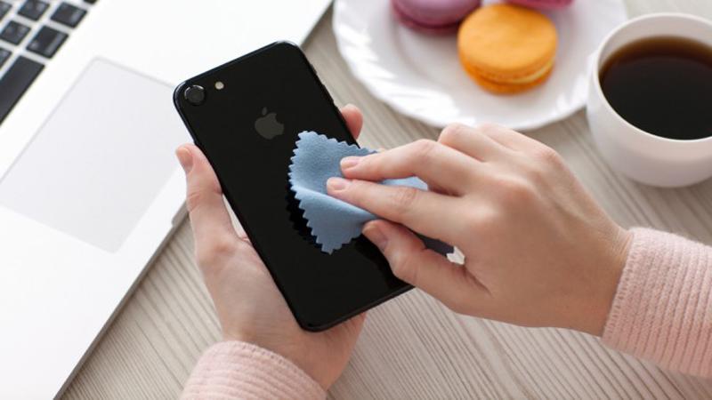Dùng vải Microfiber để lau chùi điện thoại thông minh