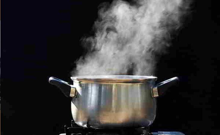 Đun nước cho sôi kỹ. Khi bong bóng bắt đầu nổi lên nghĩa là nước bắt đầu sôi, tiếp tục đun thêm khoảng 5 - 10 phút