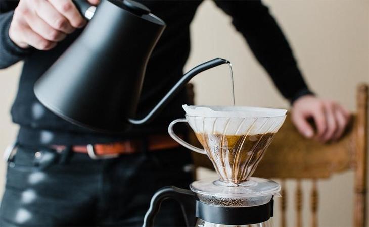 Đổ nước qua vải hoặc bột cà phê đã pha để lọc nước