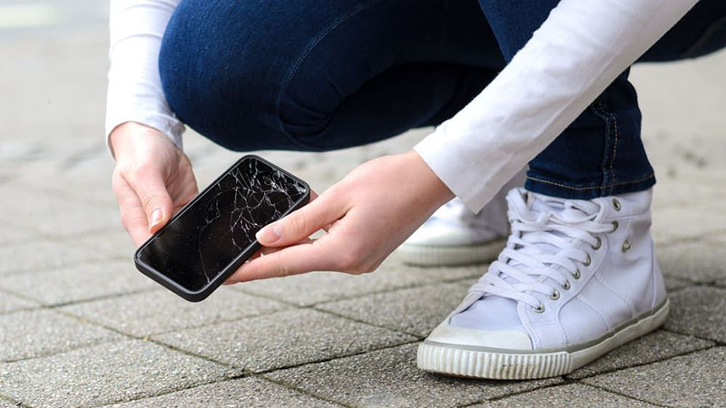 Smartphone màn hình thường vs Smartphone màn hình gập  Smartphone màn hình thường vs Smartphone màn hình gập risks of using a cracked phone screen 800x450