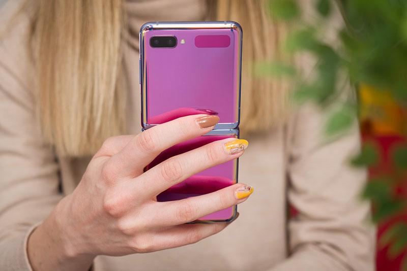 Smartphone màn hình thường vs Smartphone màn hình gập  Smartphone màn hình thường vs Smartphone màn hình gập samsung galaxy z flip review 800x534