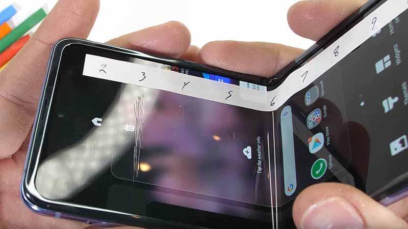 Smartphone màn hình thường vs Smartphone màn hình gập  Smartphone màn hình thường vs Smartphone màn hình gập samsung galaxy zflip ben hay khong mobigo 1 800x450