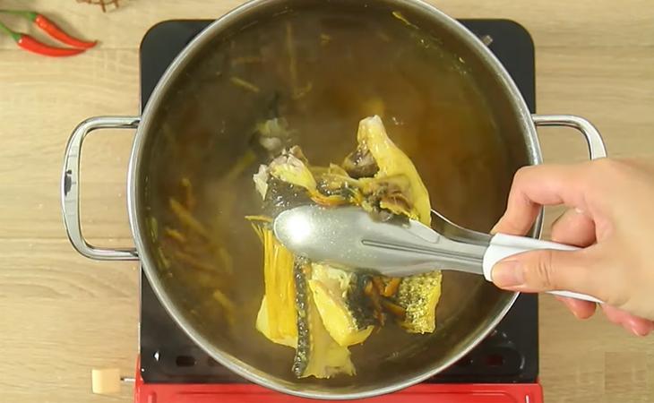 Bước 2 Nấu nước lèo Bún cá Châu Đốc