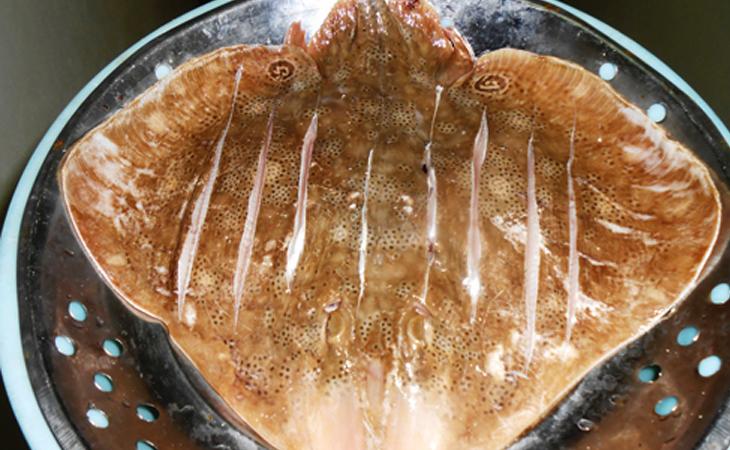 Bước 1 Sơ chế nguyên liệu Cá đuối nướng nghệ