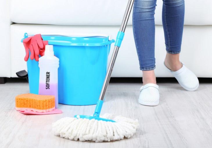 lau nhà và kết hợp với tinh dầu để khử vi khuẩn