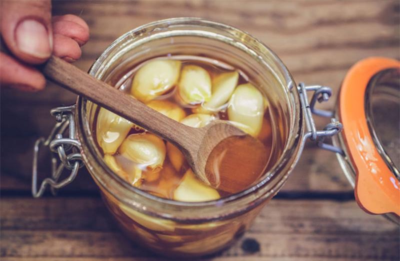 Công thức làm tỏi ngâm mật ong chuẩn nhất cho chị em vừa giảm cân vừa tốt cho sức khoẻ