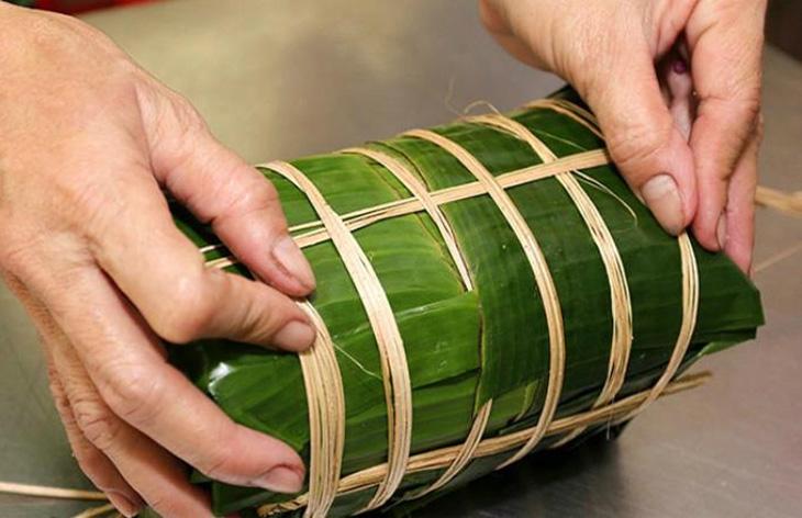 Giò được bó bằng lạt giang thật chặt với lớp lá chuối thật kín