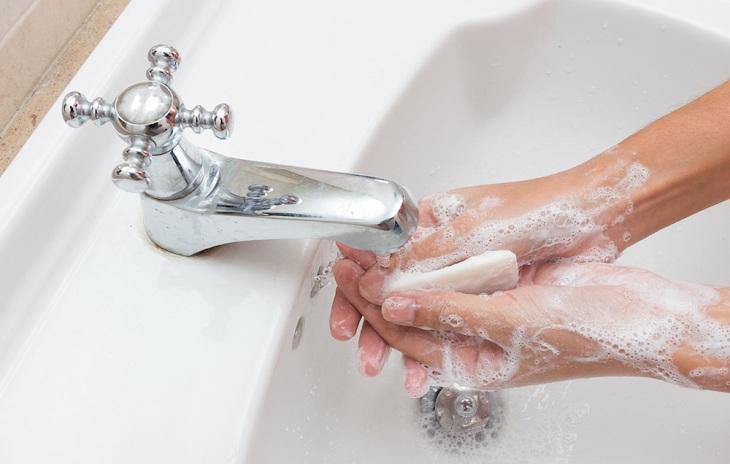 Rửa tay với xà phòng thường xuyên