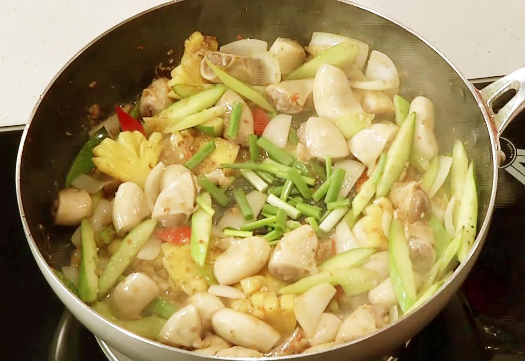 Bước 3 Xào các nguyên liệu Dồi trường xào chua cay