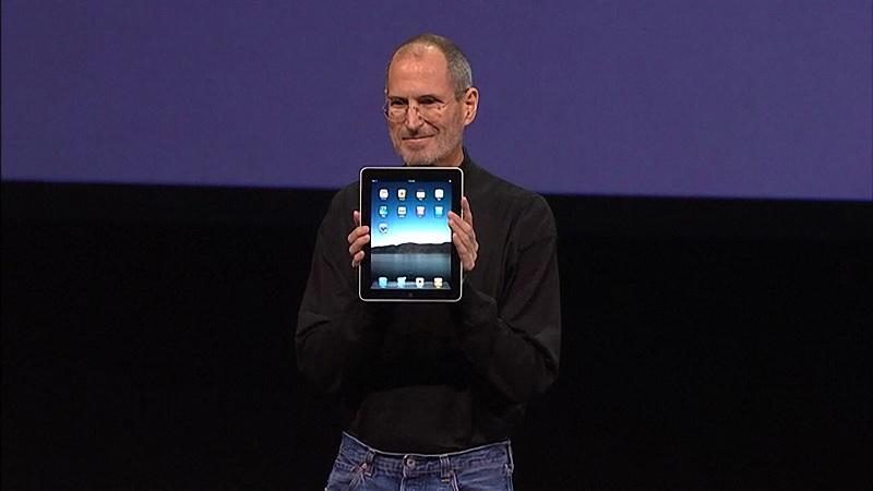 Steve với chiếc iPad đầu tiên