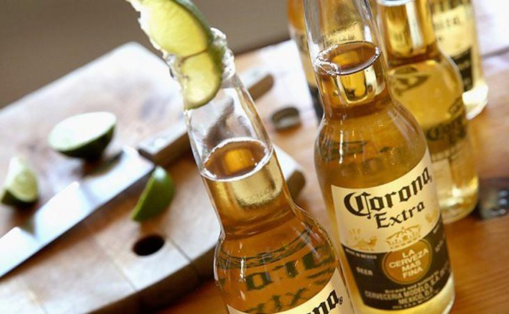 Khi uống để một lát chanh lên trên cổ chai có thể giúp người uống gia tăng cảm nhận về hương vị bia