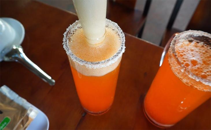 Pha chế bia Corona bằng cách thêm 1 trong những thành phần sau: chanh, sốt ớt Tabasco, nước cà chua