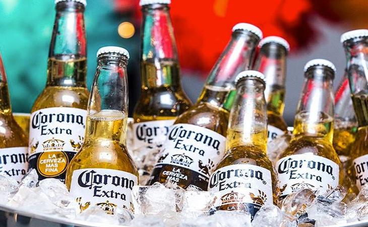 Bia Corona Extra với dáng chai mạnh mẽ, dung tích 355ml, nồng độ cồn 4.5 %.