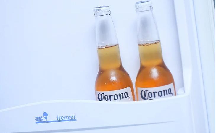 Cho bia Corona vào tủ đông, tủ lạnh để ướp lạnh, có thể mất khoảng 30 phút