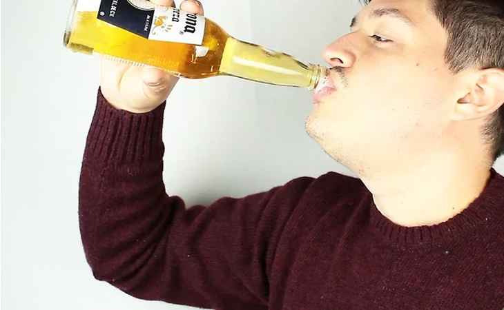 Mở chai và uống Corona với muối và chanh