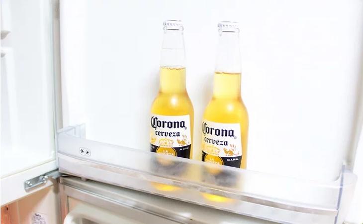 Làm mát bia Corona bằng cách cho vào ngăn mát tủ lạnh