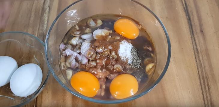 Cho thêm trứng vịt vào hỗn hợp thịt