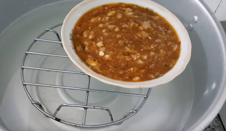 Cho hỗn hợp thịt vào tô lớn và đem hấp