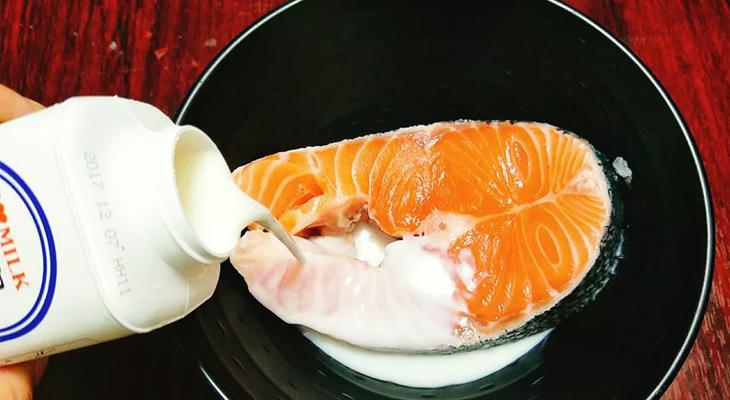 Bước 1 Sơ chế nguyên liệu Cá hồi kho tộ