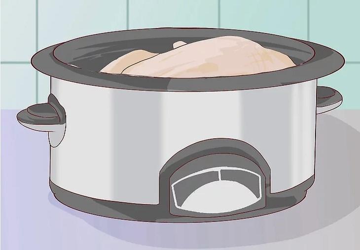 Cho thịt vào nồi nấu chậm.