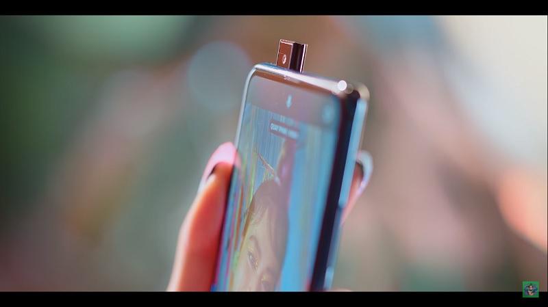 Chiếc điện thoại có camera pop-up trong MV mới đây của của Hoàng Thùy Linh