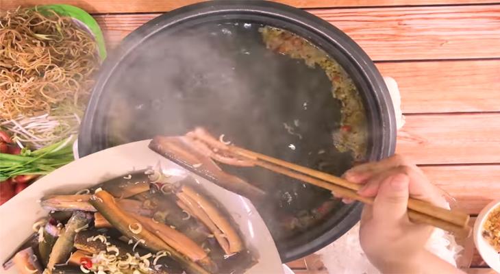 Cho lươn vào nồi lẩu