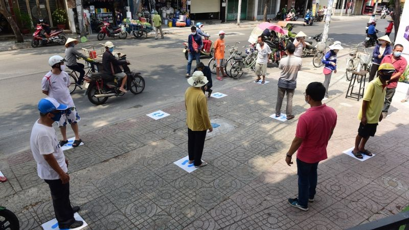 Người dân được sắp xếp đứng cách nhau 2m theo quy định