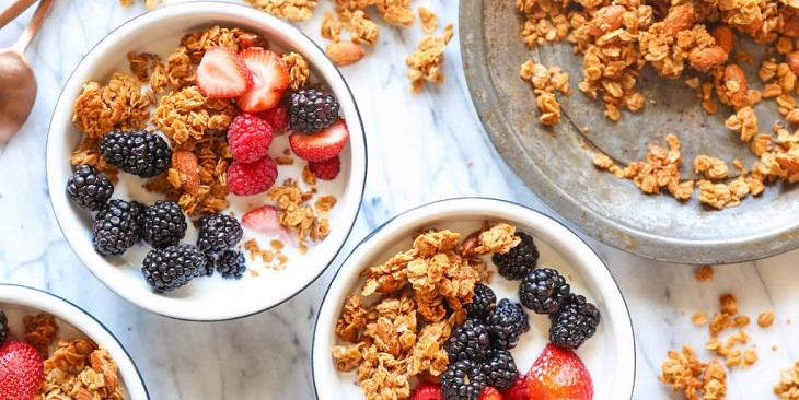 Kết hợp granola với sữa chua Hy Lạp giúp giảm cân