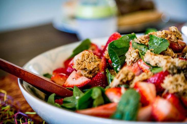 Ăn granola cùng salad trái cây hoặc sinh tố