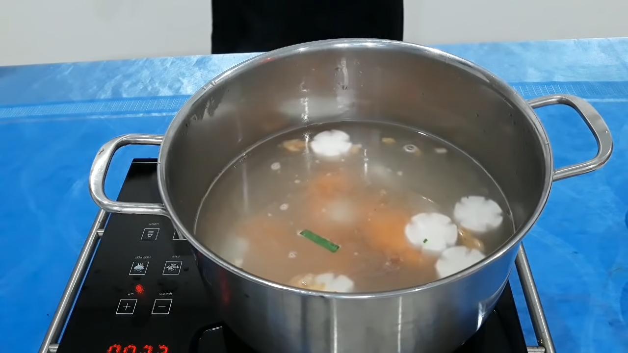 Bước 4 Nấu nước dùng Hủ tiếu cá lóc
