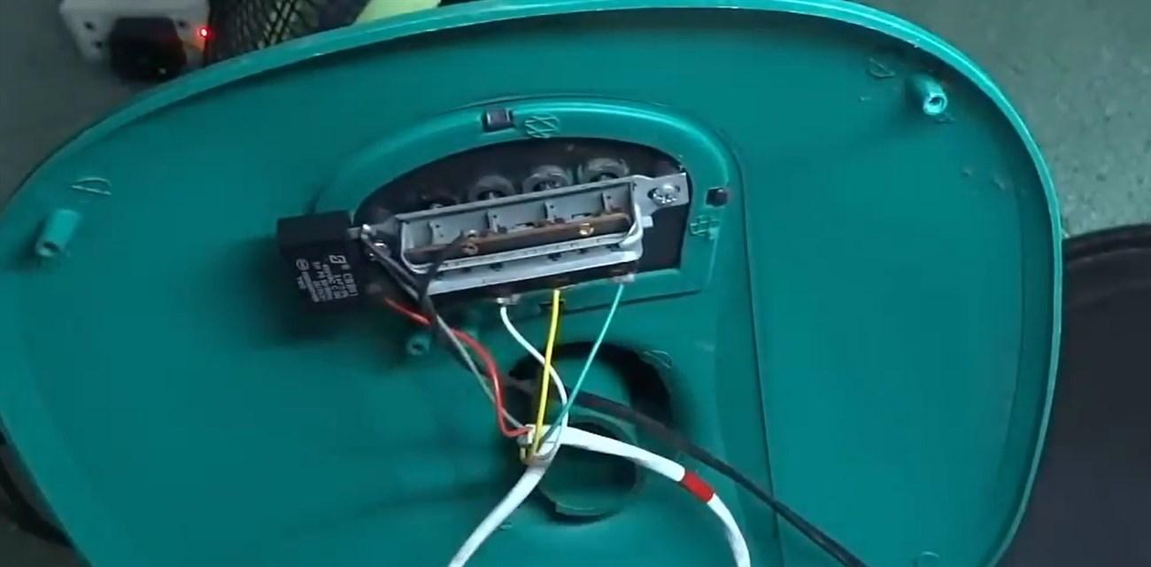 mở phần hộp số và nguồn điện