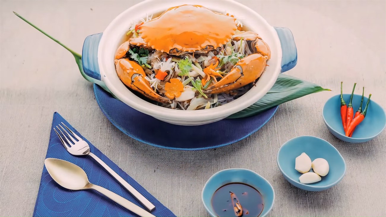 Miến xào cua thơm ngon hấp dẫn với thịt cua mềm và ngọt. Miến thơm mềm cùng với các nguyên liệu khác tươi ngon và giòn dai sựt sựt. Bạn có thể ăn kèm với chén nước tương ớt thì các vị giác của bạn chắc chắn sẽ được một phen xuýt xoa đấy.
