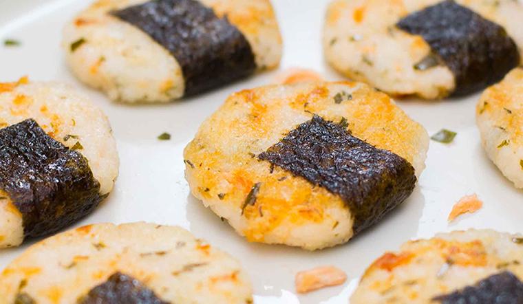 Bé nhà bạn sẽ thích mê với món cơm viên cá hồi lạ miệng đầy hấp dẫn