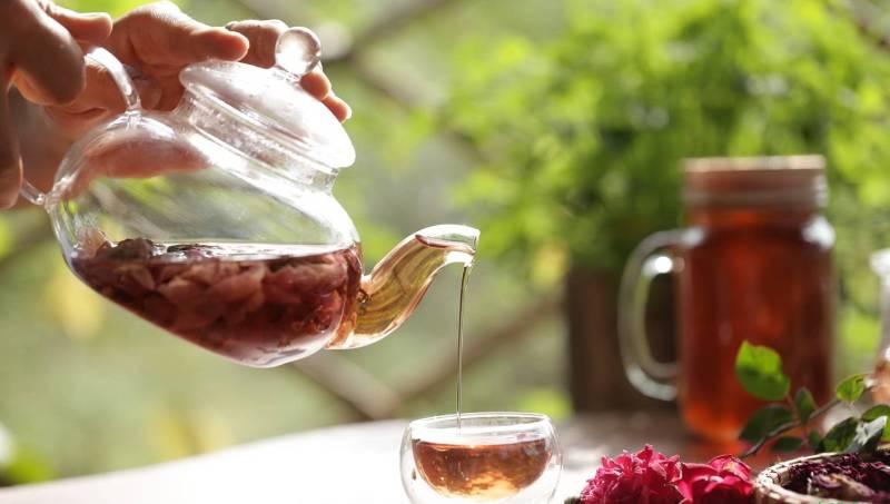 Uống trà quả mọng có chiết xuất từ hoa bụp giấm có thể giúp người uống tăng cường sức khỏe tim mạch.