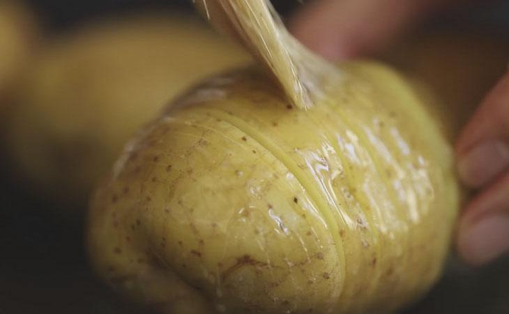 Bước 3 Quét bơ và nướng khoai tây Khoai tây đút lò phô mai