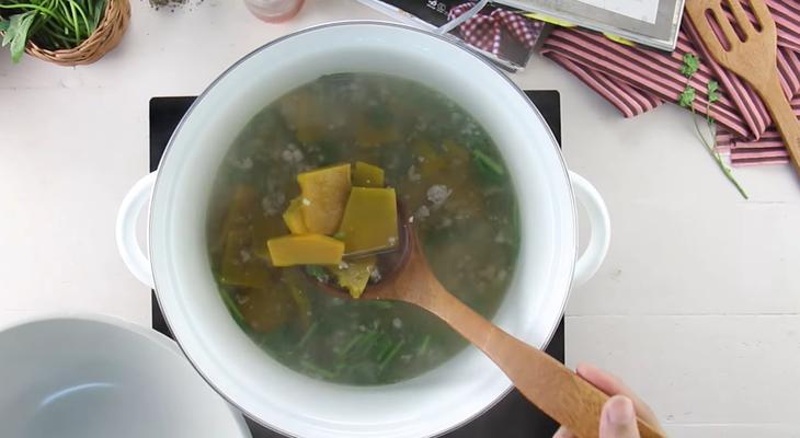 Bước 3 Nấu canh bí Canh bí đỏ thịt băm