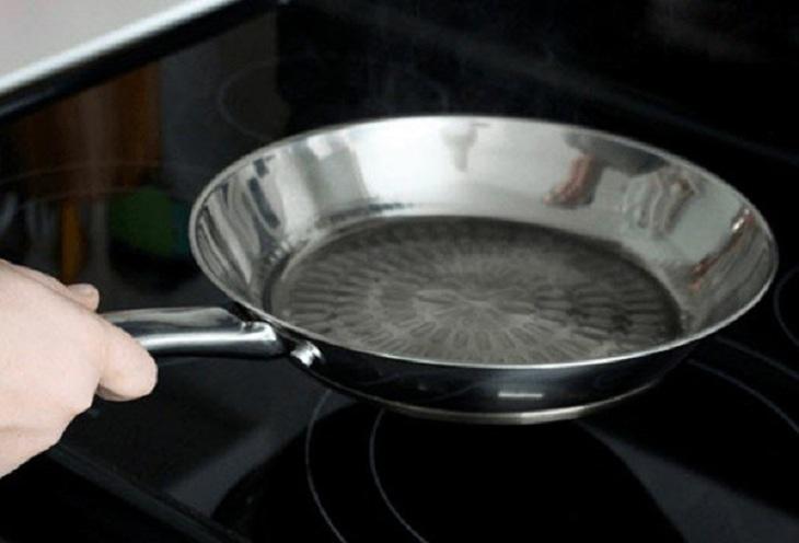 Rửa sạch chảo rồi cho lên bếp
