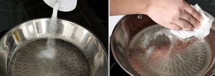 Rắc muối lên chảo, dùng khăn giấy lau đều mặt chảo