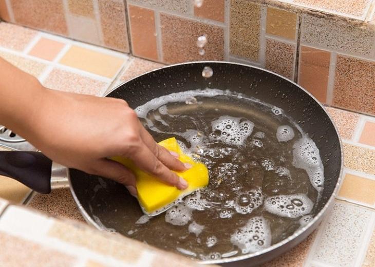 Dùng miếng cọ rửa không có kim loại để rửa chảo