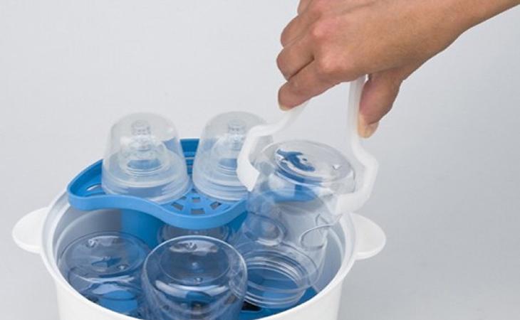 Nếu cần sử dụng ngay bình sữa mẹ nên sử dụng cặp gắp chuyên dụng