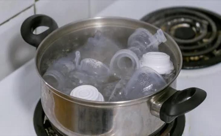 Chuẩn bị một cái nồi inox, cho nước lạnh vào ngập 2/3 nồi, nên dùng nồi inox chuyên dùng