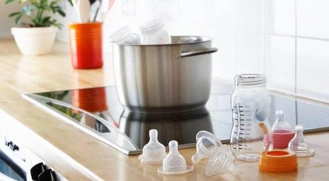 phương pháp tiệt trùng bình sữa thủ công như trụng bằng nước sôi