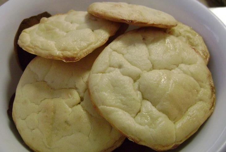 Vỏ bánh không nở và có thể xuất hiện vết bơ chảy ra ngoài
