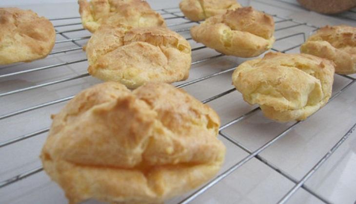 Vỏ bánh xẹp sau khi lấy ra khỏi lò, ruột hơi đặc (bị ướt hoặc bết), đáy bánh bị lõm