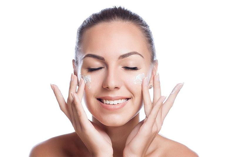 Các sai lầm khi dưỡng ẩm da bạn gái cần tránh để có làn da đẹp không tì vết