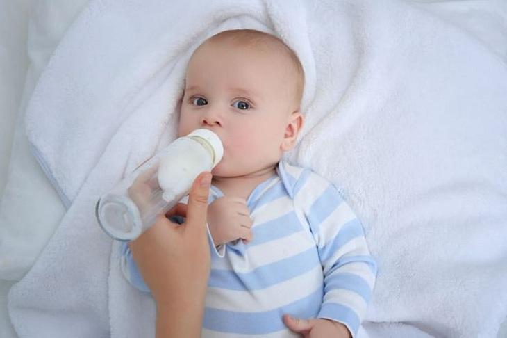 Không hâm đi hâm lại sữa nhiều lần mà cho bé bú ngay sau khi hâm