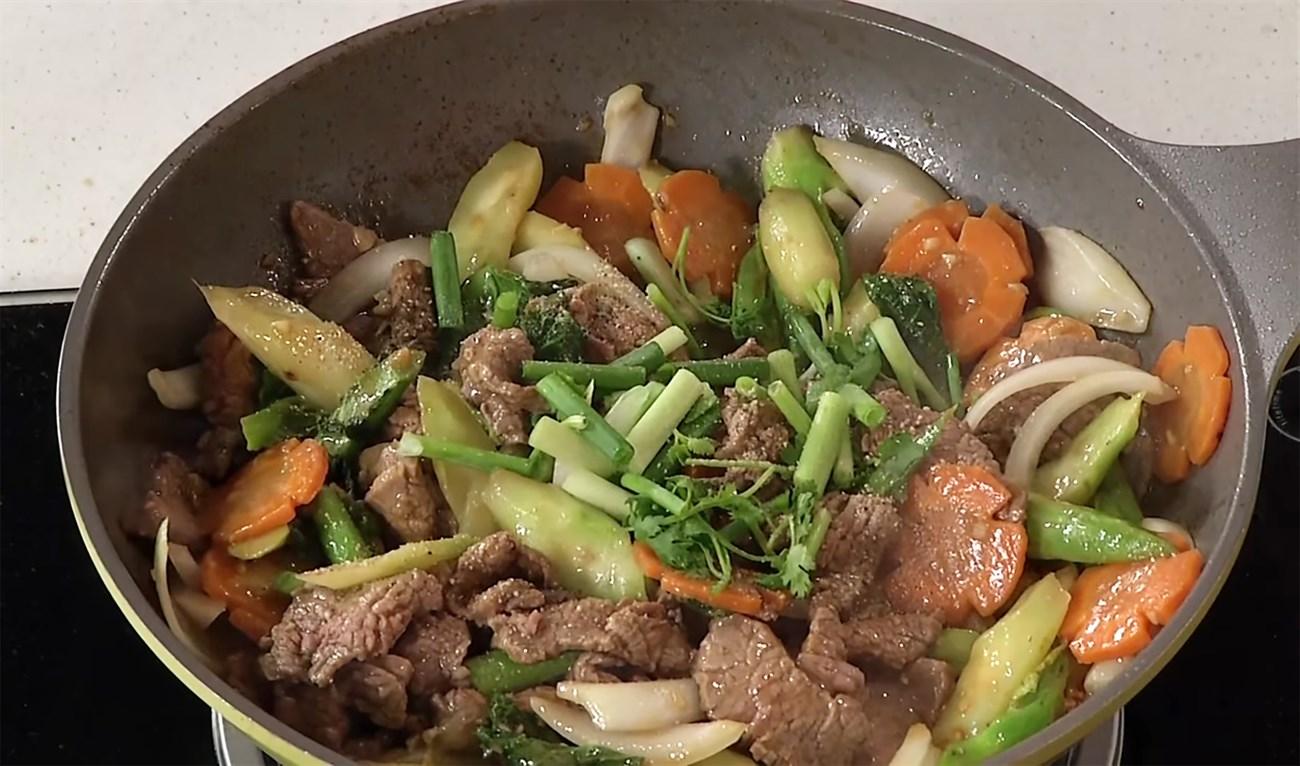 Bước 5 Xào thịt bê Thịt bê xào cải rổ