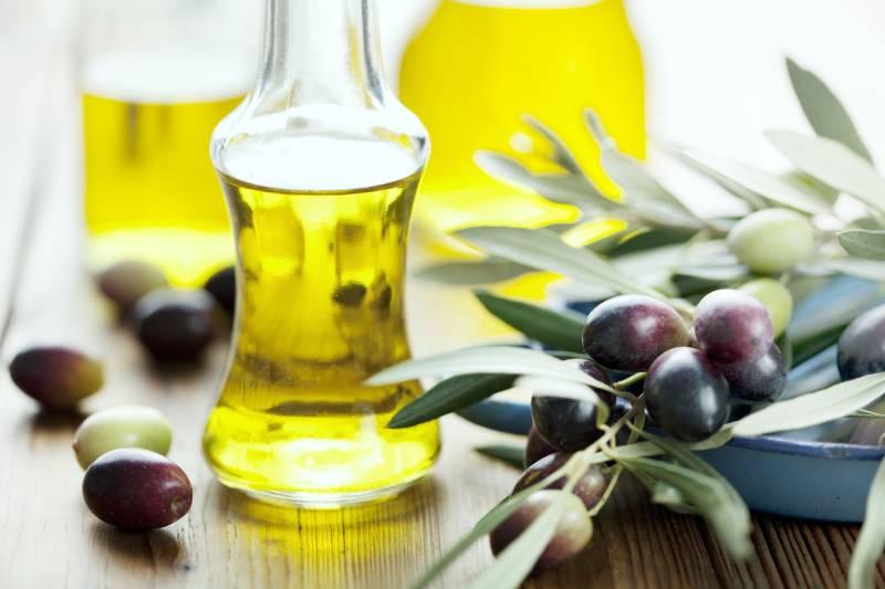 dưỡng tóc bằng dầu ô liu có thể giúp giữ lại độ ẩm và sự khỏe mạnh của tóc